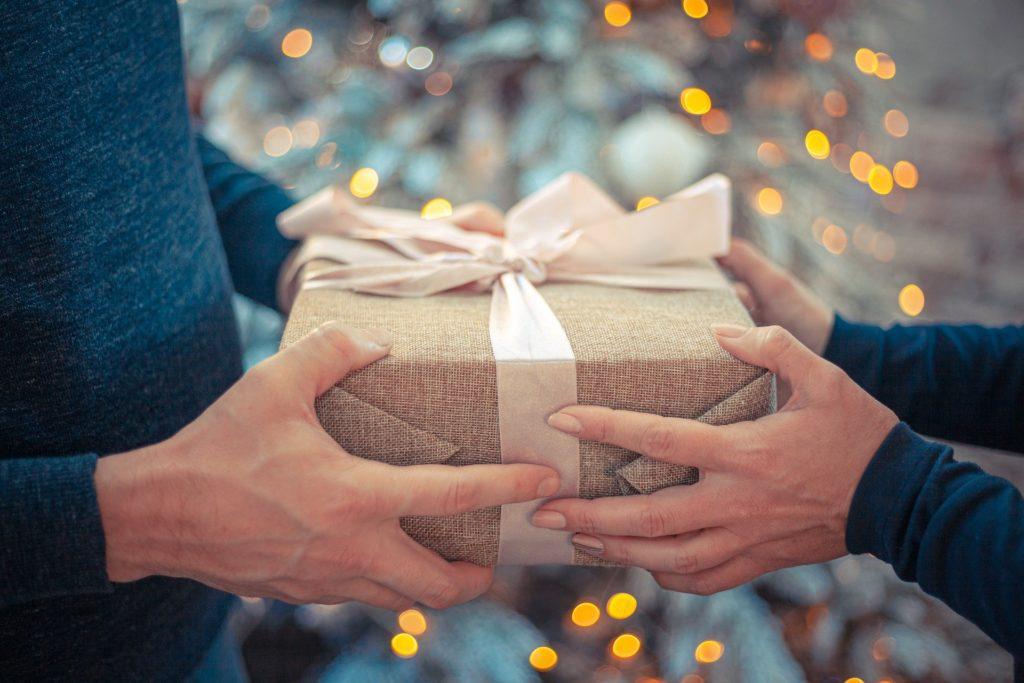 Ein Geschenk mit einem Gutschein für ein Fotoshooting
