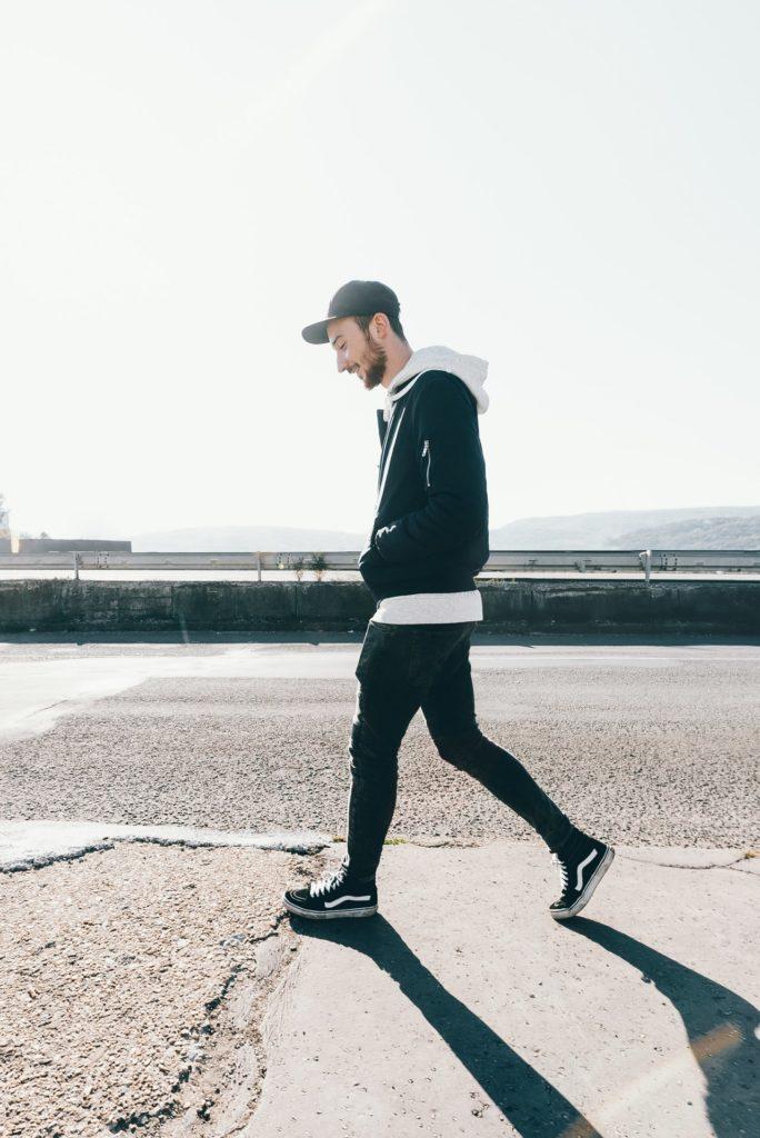 Ein Foto eines Mannes, der auf Beton läuft