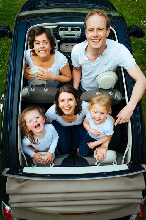 Ein Familienfoto mit der Familie in einem Cabriolet