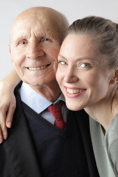 Ein Familienfoto mit einem betagten Herren und einer jungen Frau