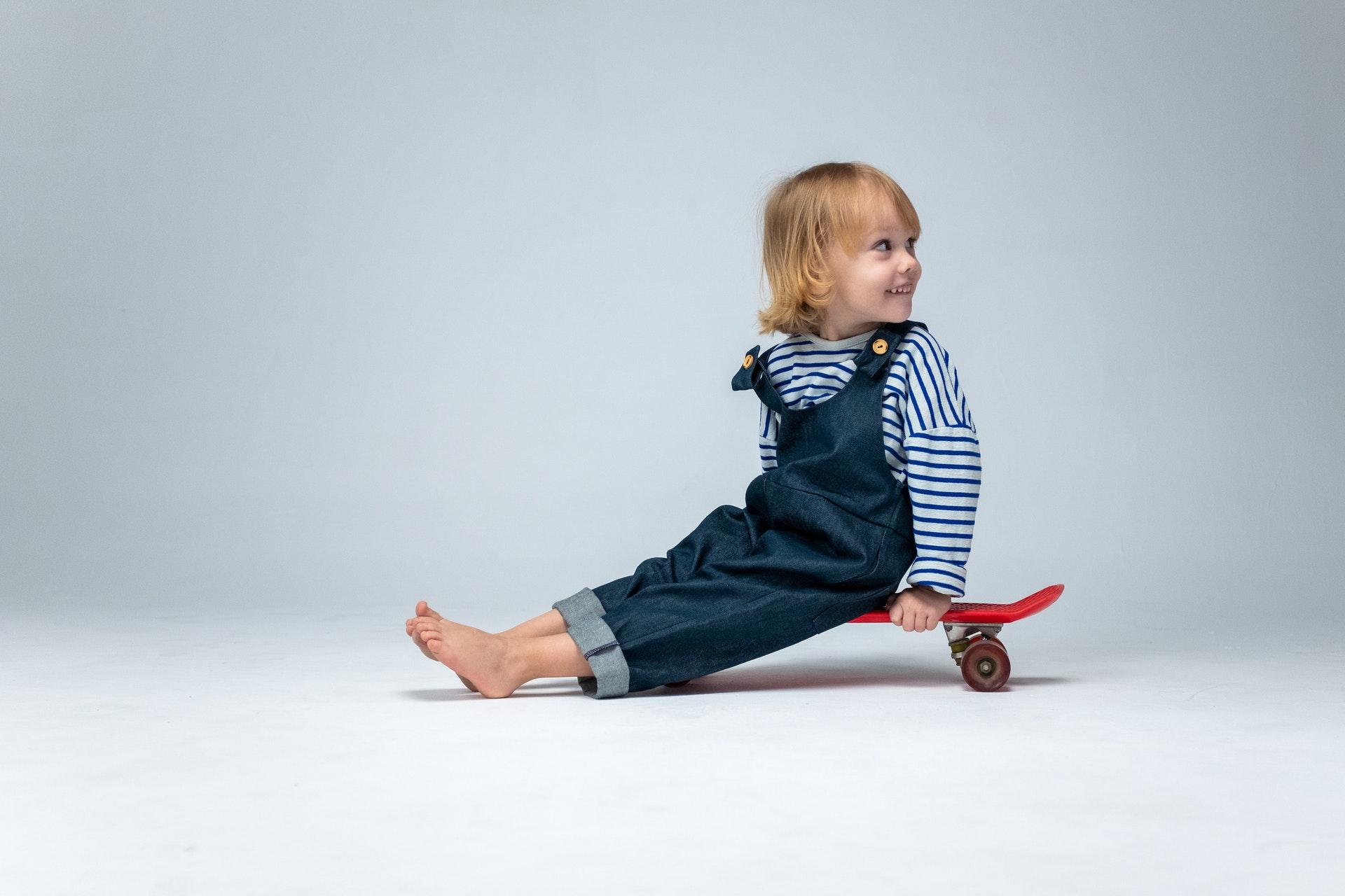 Kinderfoto eines Kindes auf einem Skateboard