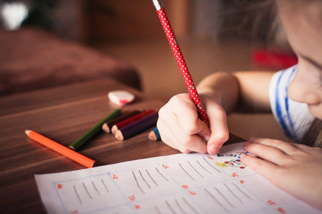 Kindergartenfoto auf dem ein Mädchen malt