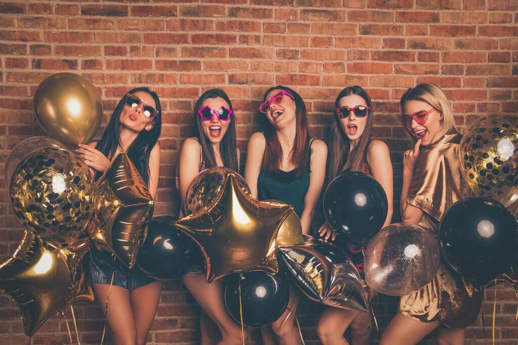 Eine Gruppe Junger Frauen auf einer Fotoparty bei einem Junggesellenabschied.