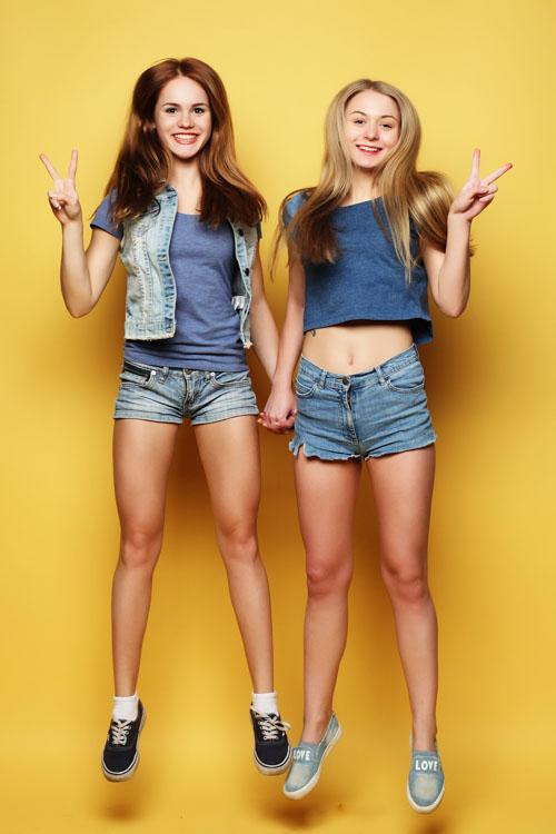 Ein Foto von zwei Freundinnen, die lachen und springen