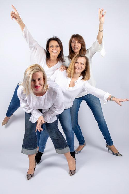 Eine Gruppe von vier Frauen hat spaß bei einem Freunde Fotoshooting