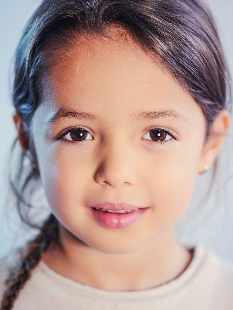 Kinderberbild eines Mädchens, das in die Kamera schaut