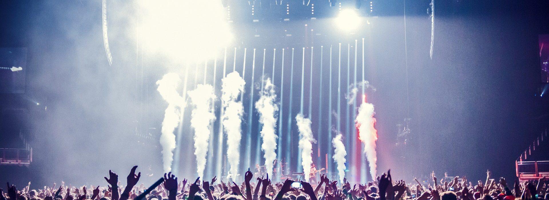 Eventfoto mit Sicht aus dem Publikum auf eine Bühne des Events