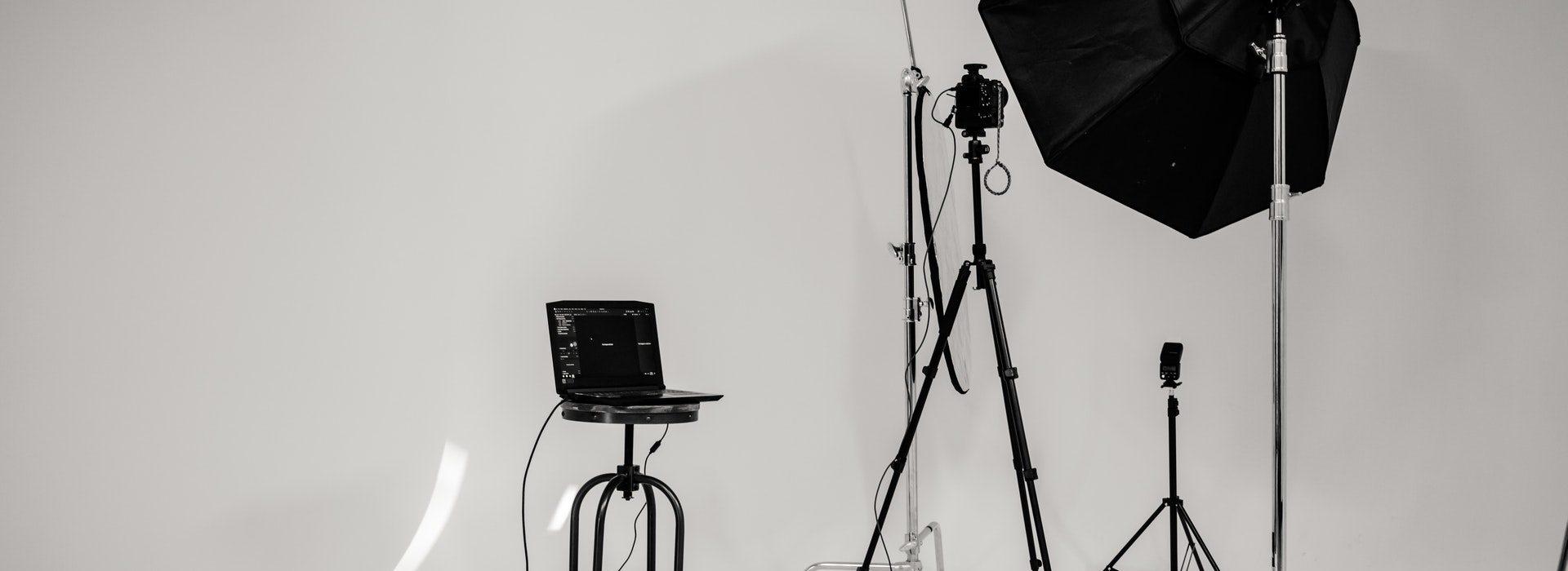 Fotostudio bei Fotoworkshop mit Kamera und Blitzgerät