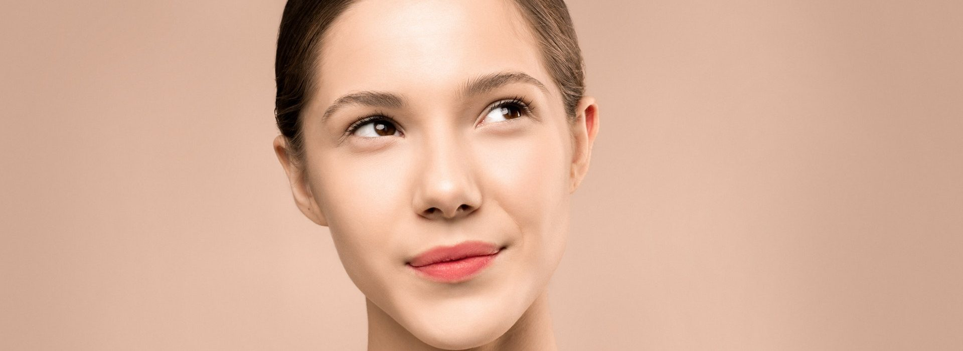 Portraitfoto einer jungen Frau die nachdenklich schaut