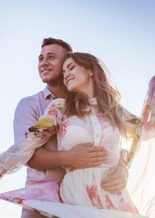 Ein Paar beim Fotoshooting unter freiem Himmel